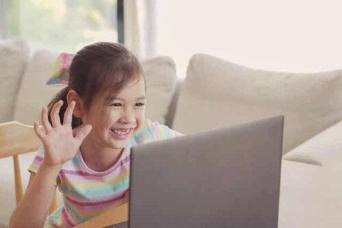 adaptives Lernen - lächelndes Mädchen vor dem Laptop